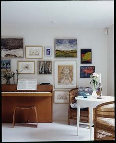 simple space ~ piano bench ~ arranged pictures