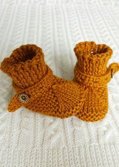 Pumpkin booties for babies with working coconut button. Booties for newborns hand knit yarn wool acrylic Very soft and comfortable allow you to move your toes, will keep the baby's feet warm, comfortable strap allow you to fix the sock on the baby's leg. Knitted Baby Clothes, Crochet Baby Shoes, Cute Baby Clothes, Free Baby Blanket Patterns, Baby Knitting Patterns, Hand Knitting, Soft Baby Shoes, Knit Shoes, Baby Slippers