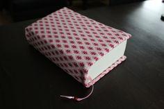 Liebevoll genähter Buchumschlag mit eingearbeitetem Satinband mit Holzperle als Lesezeichen.    Die Buchhülle wurde aus Baumwollstoff gefertigt und...