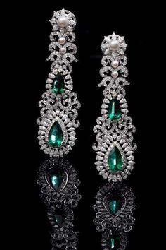 Emerald and Diamond Earrings Ooo La La I La LOVE these exquisite jeweled earrings. Emerald Jewelry, Gems Jewelry, I Love Jewelry, Jewelry Art, Antique Jewelry, Fine Jewelry, Jewelry Design, Silver Wedding Jewelry, Wedding Jewellery Gifts
