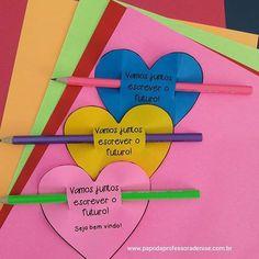 Um coração com uma frase de boas vindas no lápis Preparei para #presentear meus #alunos para o início das aulas essa #lembrancinha fofa (e #rápida) de fazer! ❤ ↘Gostou? Quer o molde?☺ Passa lá no blog e baixe o seu!❤Para acessar, clique no link do perfil ou ▶▶▶ www.papodaprofessoradenise.com.br Espero que essas dicas ajudem, afinal, é tempo de garantir a acolhida da turminha nos primeiros dias de aula! Confira mais dicas do ESPECIAL VOLTA ÀS AULAS BEM PLANEJADAS no blog! ▫▫▫▫▫▫▫▫▫▫▫▫▫ First Day Of School, School Fun, Pre School, Back To School, Teachers' Day, School Decorations, Public School, Classroom Decor, Teaching Kids