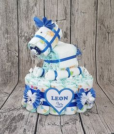 """Diaper cake """"Rocking horse"""" in blue - ** The rocking horse diaper cake consists of ** Pampers diapers Gr. 3 (also other sizes) pac - Baby Shower Baskets, Baby Shower Diapers, Baby Shower Gifts, Baby Gifts, Diy Diaper Cake, Nappy Cakes, Diaper Cake Instructions, Homemade Baby Foods, Baby Shower Centerpieces"""
