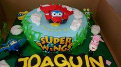 tarta super wings, rellena de queso y fresas, cubierta de fondant, con figuras echas a mano, de fondant