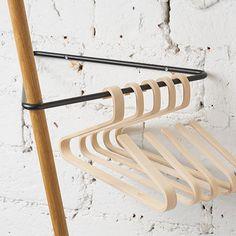idée > Porte habits Triangle Garderobe - Eiche/Sw - alt_image_two Hanger Rack, Coat Hanger, Clothes Hanger, Hangers, Showroom Interior Design, Retail Interior, Garderobe Design, Mobile Boutique, Pencil Boxes