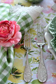 Hopping into Spring Table | homeiswheretheboatis.net #Easter #tablescape