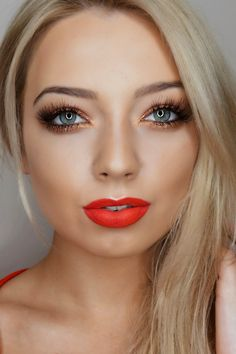 red lips&gold eyes