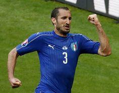 Giorgio Chiellini dopo il gol (EPA/IAN LANGSDON)