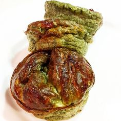 Para terminar este finde de festejo y mucha comida cumpleañera, una cena rica, rapida y liviana:  MUFFINS DE ACELGA Y QUESO EN HEBRAS   1 atado de acelga (cruda o cocida)  3 claras  queso en hebras light  1 cda de queso untable descremado.  2 cdas de harina de almendras (opcional)  sal y especias a gusto ✔ Precalentar horno a 180. ✔ Licuar todos los ingredientes y llevar a molde de silicona para muffins. ✔ Hornear por 30 min aprox.  A mi me gusta abrirlos al medio y rellenarlos con atun o…