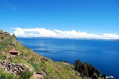 Perché dans les Andes entre le Pérou et la Bolivie, le lac Titicaca s'élève à plus de 3 800 mètres d'altitude. Ce qui en fait le lac le plus haut du monde. Considéré comme le berceau des premiers Incas, il abrite toujours le peuple Aymaras.