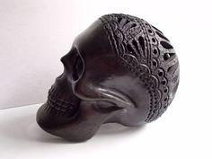 Cráneo de Barro Negro. Calavera, artesanía hecha a mano. hecho a mano
