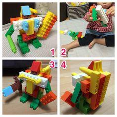 ダイヤブロックでロボット作る遊び。 そして子供に破壊され、さらに強化する遊び。