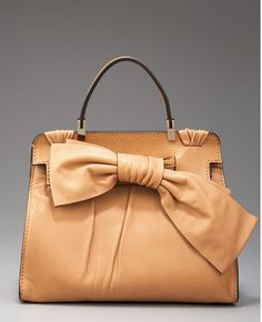 Typically loathe bows on bags but this Valentino Aphrodite Leather Tote. Tote Handbags, Purses And Handbags, Fab Bag, Valentino Bags, Vogue, Textiles, Cute Purses, Beautiful Bags, Beautiful Things