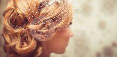 Fryzury ślubne mogą być przeróżne. Wszystko zależy od upodobań. Zobacz jakie fryzury możesz zrobić na włosach krótkich lub długich, z welonem lub woalką.