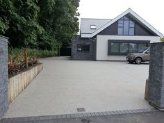 A modern driveway style can improve the curb appeal of your house. Some of the most popular types of modern driveway products in usage for high-end houses Resin Driveway, Driveway Paving, Stone Driveway, Driveway Landscaping, Modern Landscaping, Aggregate Driveway, Front Garden Ideas Driveway, Modern Driveway, Driveway Design