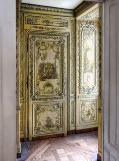 Doors at the Palace of Versailles French Royalty, Wall Clock Online, Palace Of Versailles, French History, Historical Artifacts, French Chateau, French Interior, Hand Painted Furniture, Architecture Details
