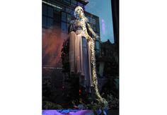 5 - Vitrine de Natal da Harrod´s. RAPUNZEL: A DESIGNER BRITÂNICA JENNY PACKHAM, A FAVORITA DE KATE MIDDLETON, CRIOU O LOOK PARA A PRINCESA DE LONGOS CABELOS.  O Natal chegou mais cedo na luxuosa loja de departamentos britânica Harrod´s,com o lançamento da vitrine comemorativa de fim de ano. A unidade BROMPTON ROAD exibe desde o começo de nov-12 manequins das princesas vestidas com reinterpretações de seus looks originais, feitos por dez dos principais estilistas do mundo. M.Claire.