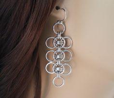 Ces boucles doreilles affectueux sont faites de fil den aluminium brillant pour le grade de bijoutier. Jaime travailler avec ce métal car il est léger et a un éclat lustré qui nentache en rien. Je fais chaque anneau individuel à la main et puis tissent les anneaux dans ce joli modèle.
