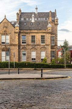 This is Stockbridge, Edinburgh, Scotland. This travel itinerary for 4 days in Edinburgh, Scotland has the best Edinburgh itinerary for your trip to Scotland. It has everything from Edinburgh Castle to Edinburgh University and more. If you're looking for the best things to do in Edinburgh, this great Edinburgh itinerary has it all.