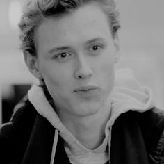 Protect this boy he can't wink but hot fucking damn though Henrik Holm Skam, Chris And Eva, Skam Isak, Teen Series, Isak & Even, Youtubers, Tumblr Boys, Gay Couple, Best Tv Shows
