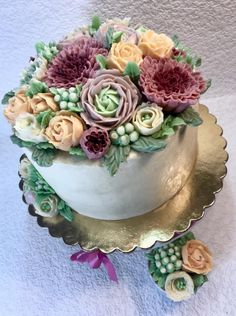 Cream flowers - cake by Andrea