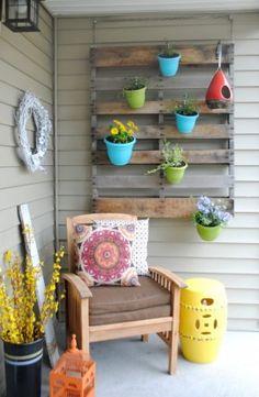 Colorful DIY Vertical Pallet Garden For idea book Recycled Pallets, Wooden Pallets, Pallet Benches, Pallet Couch, Pallet Tables, Pallet Bar, 1001 Pallets, Pallet Exterior, Pallet Garden Furniture