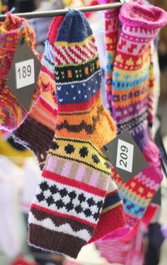 Handante     kuvittaja Pia Westerholm    Taikin opiskelijapoika, jonka nimi valitettavasti   unohtui  Kukka Tran Desi... Knitting Socks, Hand Knitting, Knitting Patterns, Cozy Socks, Yarn Ball, Striped Socks, Clothes Crafts, Christmas Knitting, Happy Colors