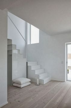 White, white, white, white - Deco How to Crafts Interior Stairs, Interior Architecture, Interior And Exterior, Interior Design, Victorian Architecture, Minimalist Interior, Minimalist Home, Minimalist Design, House Stairs