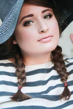 PLUS SIZE FASHION. Trip to Paris, PORTRAIT  Plus Size Model & Blogger: Jules SchönWild.   Black hat, stripe shirt, tulle skirt, heels, bag & bow.   More on: http://schoenwild.de/german-curves-road-trip-a-paris-geburtstag-im-disneyland/  Pics: Lina Mallon
