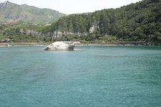 30.04.2013 - Girando l'isola in barca si aprono, improvvisamente, come d'incanto, paesaggi incredibili...