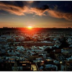 A stunning snapshot of Seville sunrise from the Internet.  Preciosa foto del amanecer en Sevilla encontrada en Internet.