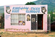 Simon Weller é um fotógrafo e autor do livro South African Township Barbershops & Salons. Em uma viagem para a África no início de 2009, Weller ficou fascinado pelas barbearias que pipocavam durante toda a sua jornada. Ele encontrou uma em quase cada esquina, feitas de concreto ou montada dentro de um trailer. A maioria (...)
