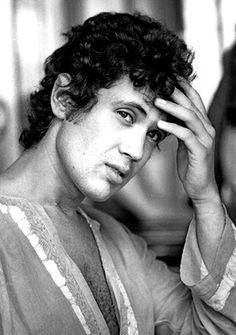 L'italiano musicista e cantautore Lucio Battisti posingwith una mano sulla fronte. Milano, 1970