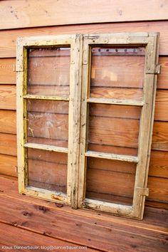 Nachdem ich mir alte Holzfenster besorgt habe ging es an die Arbeit. Mit einem Abbeizer entfernte ich die alte Farbe um zugleich di...