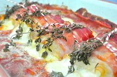 Pakketje met kip, mozzarella, rauwe ham en tijm op tomatensaus