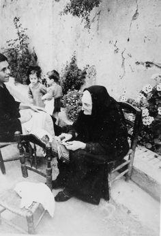 Dona fent puntes de coixí , asseguda al carrer Buenavista ( Prat de la Riba ) de Sant Pol de Mar (Barcelona). 1942. Autor desconegut. 27360F MMB