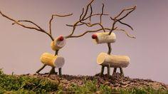 Rudolf lavet af træ 1 tykt stykke gren på 6 cm (krop) 1 tykt stykke gren på 4 cm (hoved) 2 tynde grene med mange sideskud (gevir) 5 stykker lige gren på 2,5 cm (ben + hals) 1 stk. rød træperle 1 kort søm