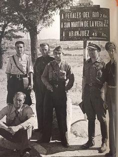 Oficiales republicanos en un cruce de carreteras cerca de Madrid.