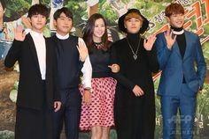 韓国・ソウル(Seoul)のソウル放送(SBS)で行われた、新ドラマ「モダン・ファーマー」の制作発表会に臨む、(左から)俳優のクァク・ドンヨン(Kwak Dong-Yeon)、イ・シオン(Lee Si-Yeon)、女優のイ・ハニ(Lee Honey)、「エフティー・アイランド(FTIsland)」のイ・ホンギ(Lee Hong-Gi)、俳優のパク・ミヌ(Park Min-Woo、2014年10月14日撮影)。(c)STARNEWS ▼17Oct2014AFP|SBS新ドラマ「モダン・ファーマー」、製作発表会開催 http://www.afpbb.com/articles/-/3029123 #Lee_Honey