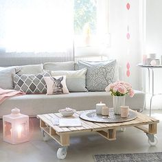 Love this wooden pallet coffee table!!