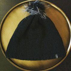 ⚛black beauty⚛ Haube mit Kunstfellbommel * #lumihood #diy  #loveknitting #alpaca  #wool #stricken #wolle #alpaka #knit #knitting #haube #beanie  #mütze #hood knit@lumiqi.com Alpaca, Dory, Drawstring Backpack, Hoods, Beauty, Knitting, Instagram Posts, Bags, Fashion