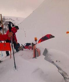 Los vecinos de Tresviso llegan hasta la fresadora que tuvo que abandonar su alcalde por la intensidad de la nevada. - febrero 2015