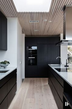 Modern design trends generally point to all white as the kitchen color palette of choice. But what about the opposite. Home Decor Kitchen, Kitchen Interior, Kitchen Dining, Küchen Design, House Design, Interior Design, Design Trends, Modern Design, Black Rooms
