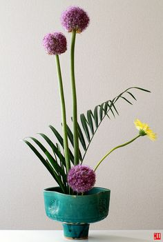 15 Elegant Flower Arrangements That'll Brighten up Any Room .Ikebana Flower Arrangement How to Create Sensational Pots and Planters Plan the structure Plan the structure Purple Fountain Grass (Pennisetum setaceu. Ikebana Arrangements, Ikebana Flower Arrangement, Modern Flower Arrangements, Art Floral, Deco Floral, Elegant Flowers, Fresh Flowers, Beautiful Flowers, Exotic Flowers