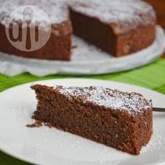 Dit is een beroemde Italiaanse chocoladetaart die origineel uit Capri komt, maar populair is in het hele zuiden van Italië, waar elke familie haar eigen recept heeft. Het is een rijke, stevige chocoladetaart die wordt gemaakt met gemalen amandelen of walnoten.