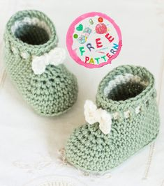 Mint Macaroon baby booties are cute and comfortable, they will surely be a favorite that will be removed over and over again to keep small feet warm. The delicate ties are super cute in every way and give them personality. The simplicity of the stitch and the pattern makes them an ideal pair of shoes … Knitted Baby Boots, Crochet Baby Socks, Crochet Baby Sandals, Booties Crochet, Crochet Baby Clothes, Newborn Crochet, Easy Crochet, Free Crochet, Knit Baby Booties