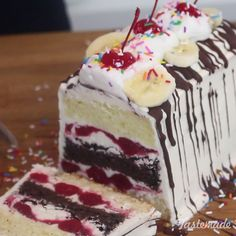 Banana Split Icebox Cake Why choose between a fruity sundae or ice cream cake when you can enjoy bot Ice Cream Desserts, Frozen Desserts, Ice Cream Recipes, Frozen Treats, Just Desserts, Icebox Cake Recipes, Dessert Recipes, Cupcake Cakes, Cupcakes
