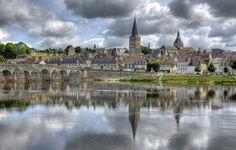 La Charité-sur-Loire , qu'es ce que c'est magnifique! Cette image est juste sublime, l'architecture avec son pont , ce village et ses monuments! Et le reflet de ce mauvais temps dans l'eau! WOAW