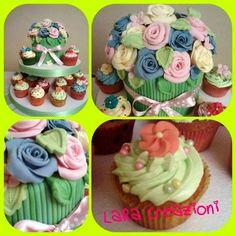 Alzatina con cupcakes e un vaso con le rose realizzato tutto in pasta di zucchero.