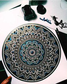 Murder and Rose –  Voici les superbes mandalas colorés de l'artiste Asmahan A. Mosleh, aka Murder and Rose, qui passe de nombreuses heures à confectionner ces délicates créations hypnotisantes, assemblant patiemment les formes et les couleurs. Vous pouvez suivre son travail sur son compte Instagram.