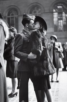 Couple in Penn Station Sharing Farewell Kiss Before He Ships Off to War During WWII Photographic Print, originally from Life Magazine Robert Doisneau, Amor Vintage, Vintage Love, Vintage Kiss, Vintage Romance, Vintage Glamour, Vintage Couples, Vintage Fur, Retro Vintage